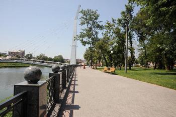 Сквер Стрелка - иногда по мосту трудно пройти, так много свадеб собираются для фото и видео съемки.